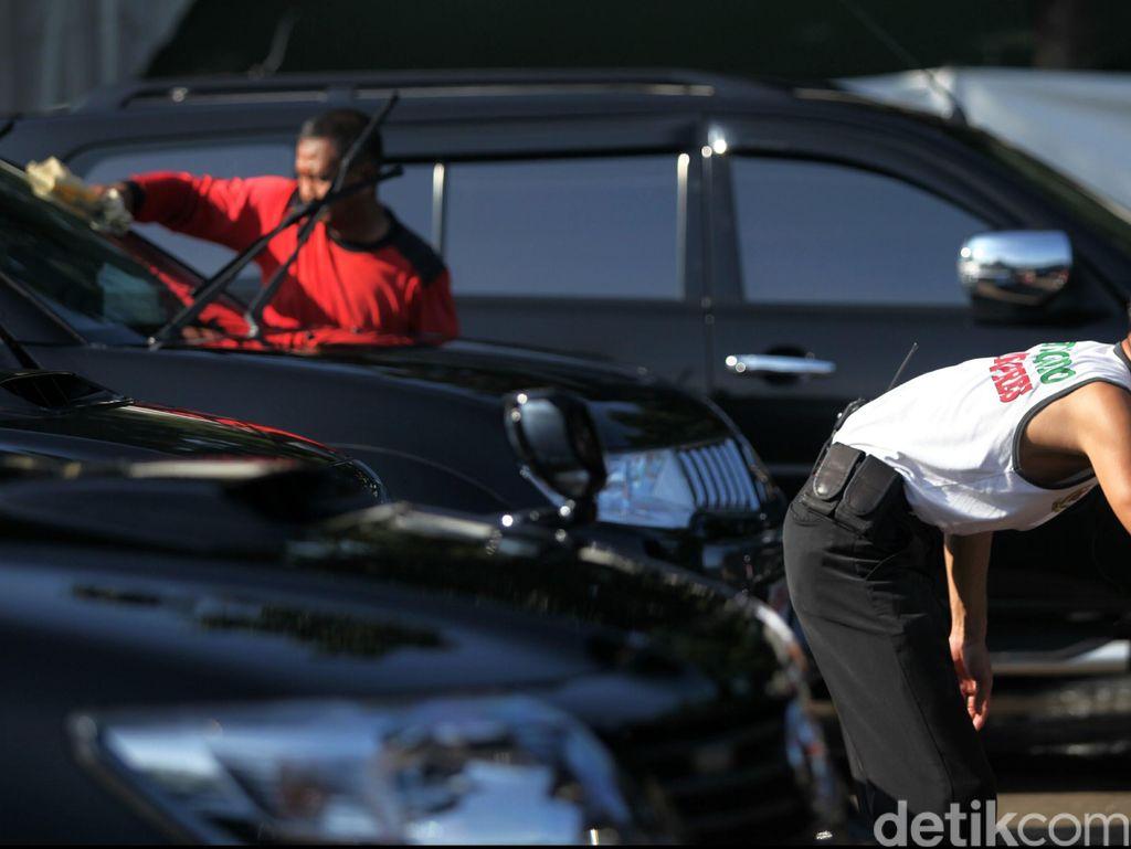Tips Merawat Mobil Warna Gelap, Sebaiknya Jangan Dicuci Siang Hari Lho!