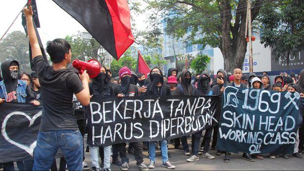 Anarcho Bandung berunjuk rasa memperingati Hari Buruh Internasional di Gedung Sate Bandung, Jawa Barat, Jumat (1/5).