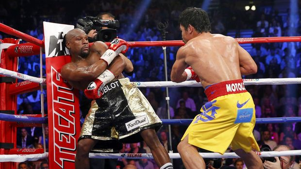 Floyd Mayweather Jr. menang angkat atas Manny Pacquiao pada pertarungan pertama Mei 2015.