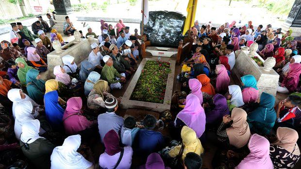 Sejumlah peziarah dari berbagai daerah di Indonesia memadati makam Bung Karno di Blitar, Jawa Timur, 2015.