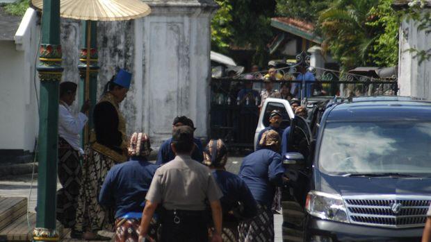 Sri Sultan Hamengkubuwana X keluar dari Siti Hinggil Keraton Ngayogyakarta seusai mengeluarkan sabda raja yang menobatkan Gusti Kanjeng Ratu (GKR) Pembayun menjadi GKR Mangkubumi.
