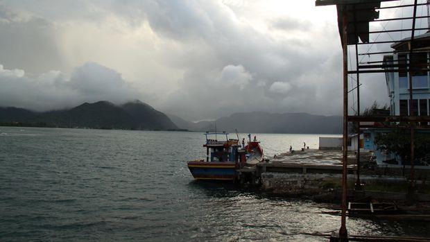 Kapal nelayan bersandar di pelabuhan lama Ulee Lheuue, Banda Aceh, Rabu (13/5). Sejak dibangun pasca tsunami 2004 lalu, pelabuhan lama Ulee Lheue yang bernilai sejarah sebagai pintu masuk barang impor pada masa kejayaan free port Sabang tahun 70-an itu, sepi  dimanfaatkan kapal nelayan, selain kurang perawatan karena bagian atap bangunan pelabuhan mulai rusak. ANTARA FOTO/Ampelsa/ed/pd/15