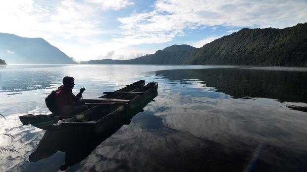 Penyedia jasa penyewaan perahu tradisional beristirahat di kawasan wisata Danau Gunung Tujuh di ketinggian 1.996 mdpl di Taman Nasional Kerinci Seblat (TNKS), Kerinci, Jambi, Senin (18/5). Kunjungan wisatawan mancanegara ke provinsi itu meningkat dari sebanyak 7.750 orang pada 2010 menjadi 10.060 orang pada 2014, sementara wisatawan nusantara dari 960 ribu selama 2010 menjadi 1,5 juta orang selama 2014. ANTARA FOTO/Wahdi Septiawan/Rei/pd/15.