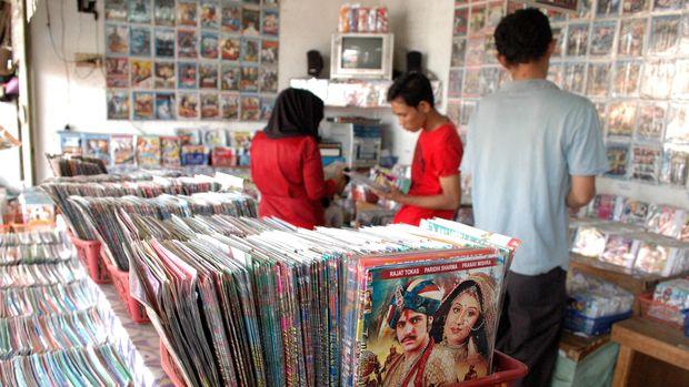 Aktivitas penjualan ribuan kaset dvd bajakan di toko Pasar Baru, Bekasi, Jawa Barat, Rabu (20/5). Untuk mengatasi masalah pembajakan hak cipta, pemerintah mendorong Lembaga Manajemen Kolektif Nasional (LMKN) segera mengelola dan memperbaiki dana royalti di industri kreatif. ANTARA FOTO/Risky Andrianto/Rei/Spt/15.