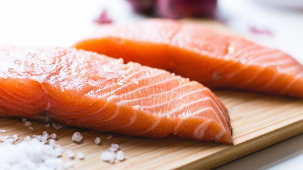Salmon juga bisa membantu menurunkan kolesterol