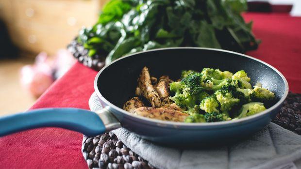 Ilustrasi Masakan Tumis Brokoli dan dada ayam