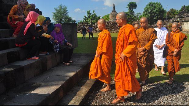 Sejumlah Biksuni menyapa para wisatawan saat berada di kompleks Candi Plaosan, Klaten, Jawa Tengah, Selasa (2/6). Warga memanfaatkan liburan hari raya Waisak 2015, dengan mengunjungi obyek wisata percandian peninggalan Buddha dari zaman Kerajaan Medang, yang dibangun pada abad ke-9. ANTARA FOTO/ Aloysius Jarot Nugroho/ed/nz/15