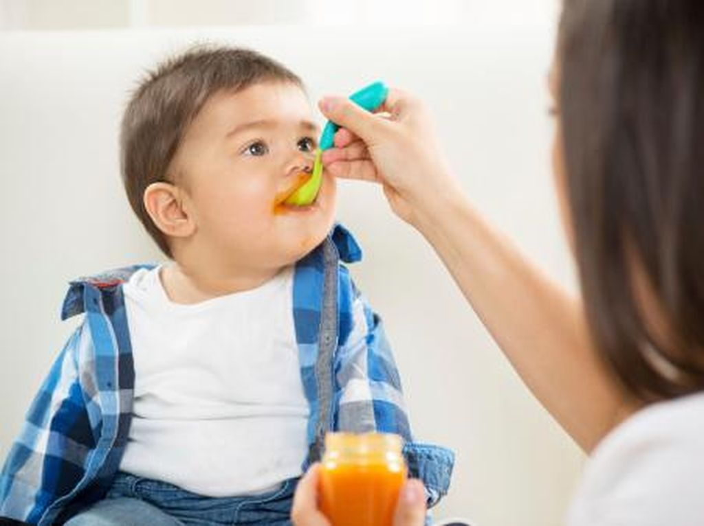 Beri Makanan Padat Sebelum 6 Bulan Pada Si Kecil Bisa Berisiko Obesitas