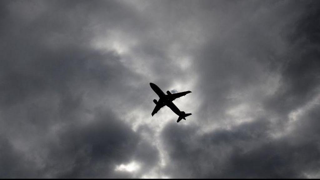 Pesawat Ryanair Mendarat Darurat, 30 Penumpang Dilarikan ke RS