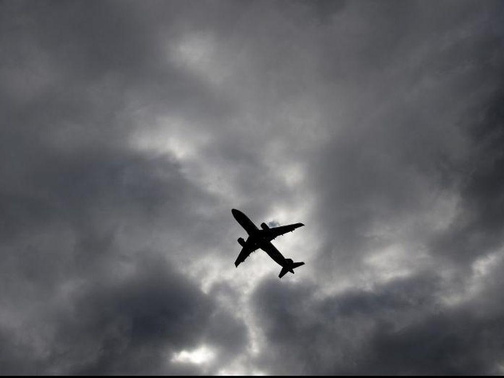Salah Satu Mesin Terbakar, Pesawat Boeing 767 Mendarat Darurat