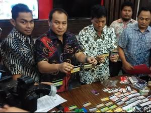 Kelompok Penipu Simpan Ratusan Kartu ATM, 22 di Antaranya Nama Pejabat