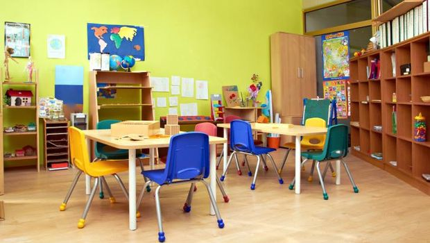 Ilustrasi ruang kelas dengan warna ruangan yang cerah