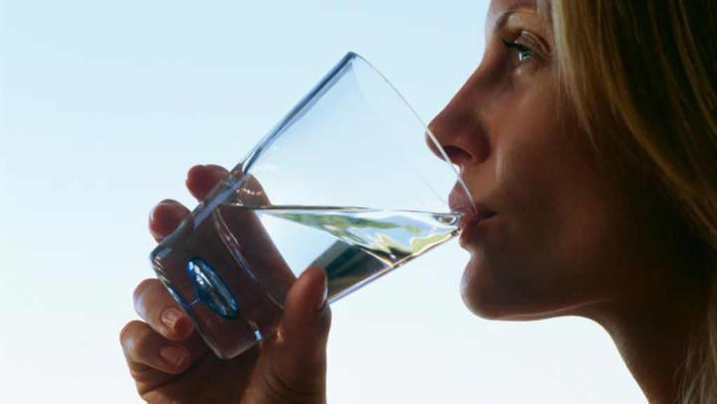 Terlalu Banyak Minum Air Juga Tidak Baik, Ini Tandanya