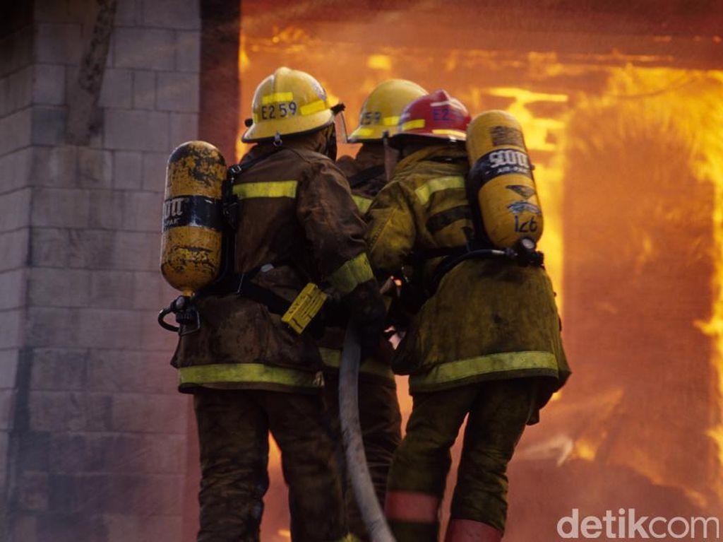 Showroom Mobil di Jakpus Kebakaran, 8 Unit Mobil Damkar Dikerahkan
