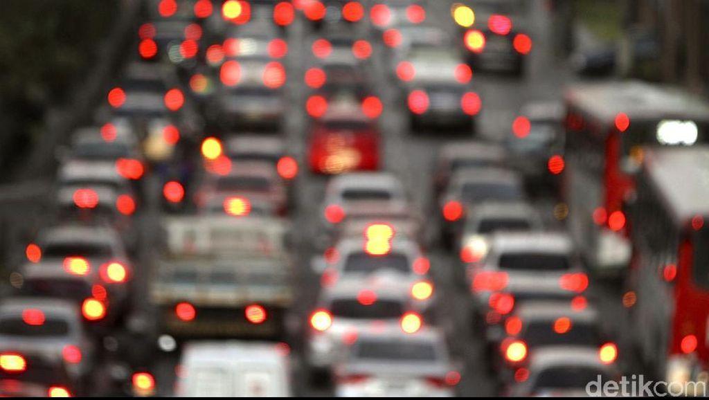 Kendaraan Bobotoh Parkir di Bahu Jalan Tol, Macet 5 Km di Tol Buah Batu