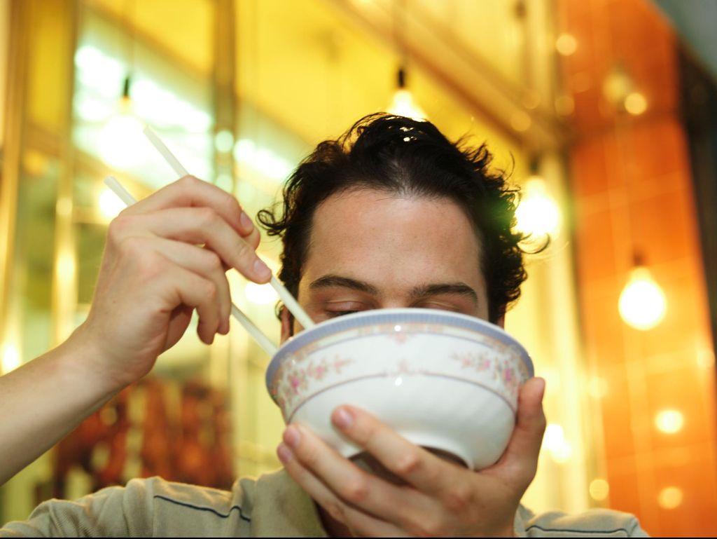 Jangan Buru-buru, Ini 5 Dampak Makan Terlalu Cepat