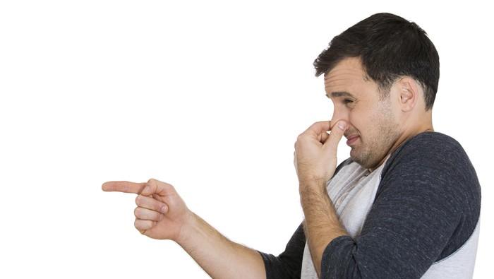 Menutup hidung karena ada sesuatu yang bau tidak sedap.