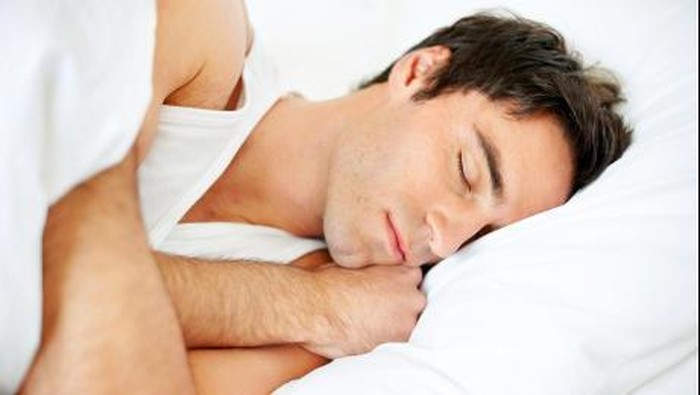 Posisi tidur berikut diklaim bisa redakan punggung pegal karena seharian duduk. Foto: admn