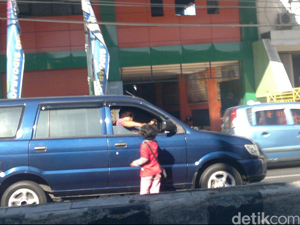 Paksa 3 Anak Jadi Pengemis di Padang, Ayah Ditangkap Satpol PP