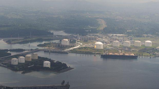 Foto udara kawasan kilang pencairan gas alam (Liquid Natural Gas) milik PT Badak Natural Gas Liquefaction (NGL) di Bontang, Kalimantan Timur, Selasa (30/6). Kapasitas produksi PT Badak NGL rata-rata mencapai 17 juta metrik ton per tahunnya untuk memenuhi kebutuhan ekspor ke Jepang, Korea dan Taiwan. ANTARA FOTO/Widodo S. Jusuf/Rei/nz/15.