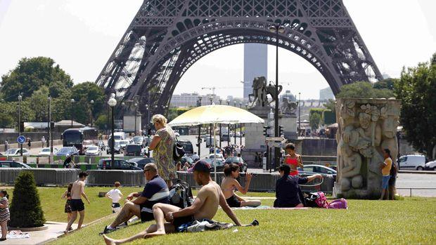 Gelombang panas di Paris bahkan mencapai suhu 45 derajat celcius.
