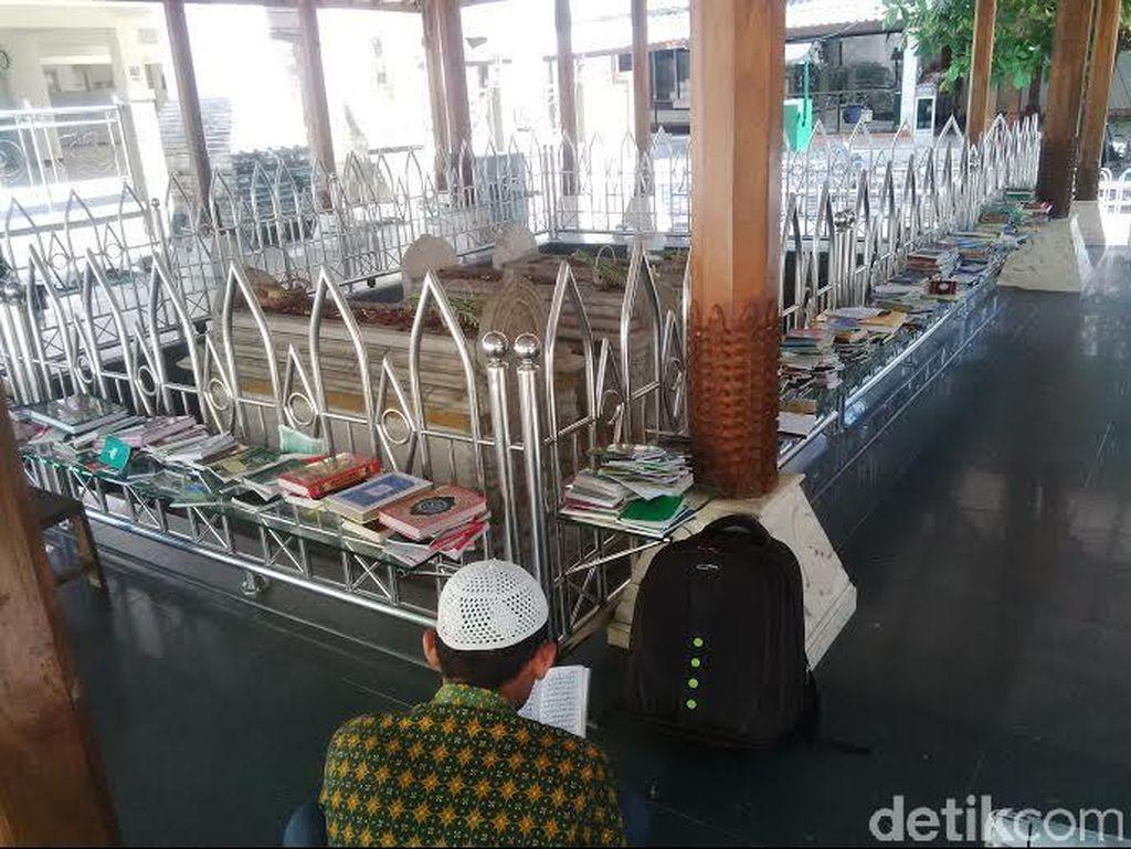 Wisata Religi ke Makam Wali Songo