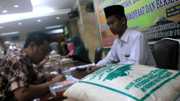 Umat muslim membayar zakat di Masjid Istiqlal, Jakarta, Jumat (10/7). Lembaga Amil Zakat Masjid Istiqlal menerima pembayaran zakat, infaq, shadaqah dan fidyah mulai tanggal 9 Juli lalu. ANTARA FOTO/Fanny Kusumawardhani/aww/15