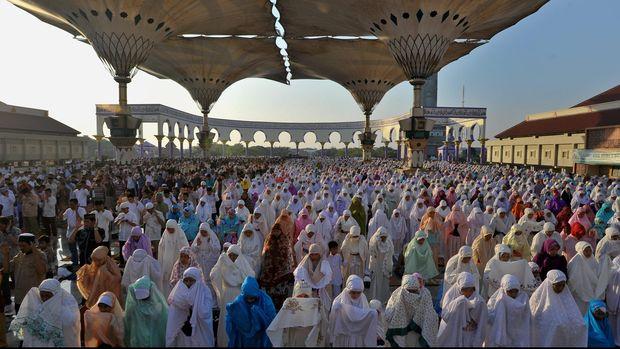 Umat muslim melaksanakan salat Idul Fitri di Masjid Agung Jawa Tengah, di Semarang, Jumat (17/7). Pemerintah menetapkan Hari Raya Idul Fitri 1436 Hijriah jatuh pada Jumat (17/7). ANTARA FOTO/R Rekotomo/hp/15.