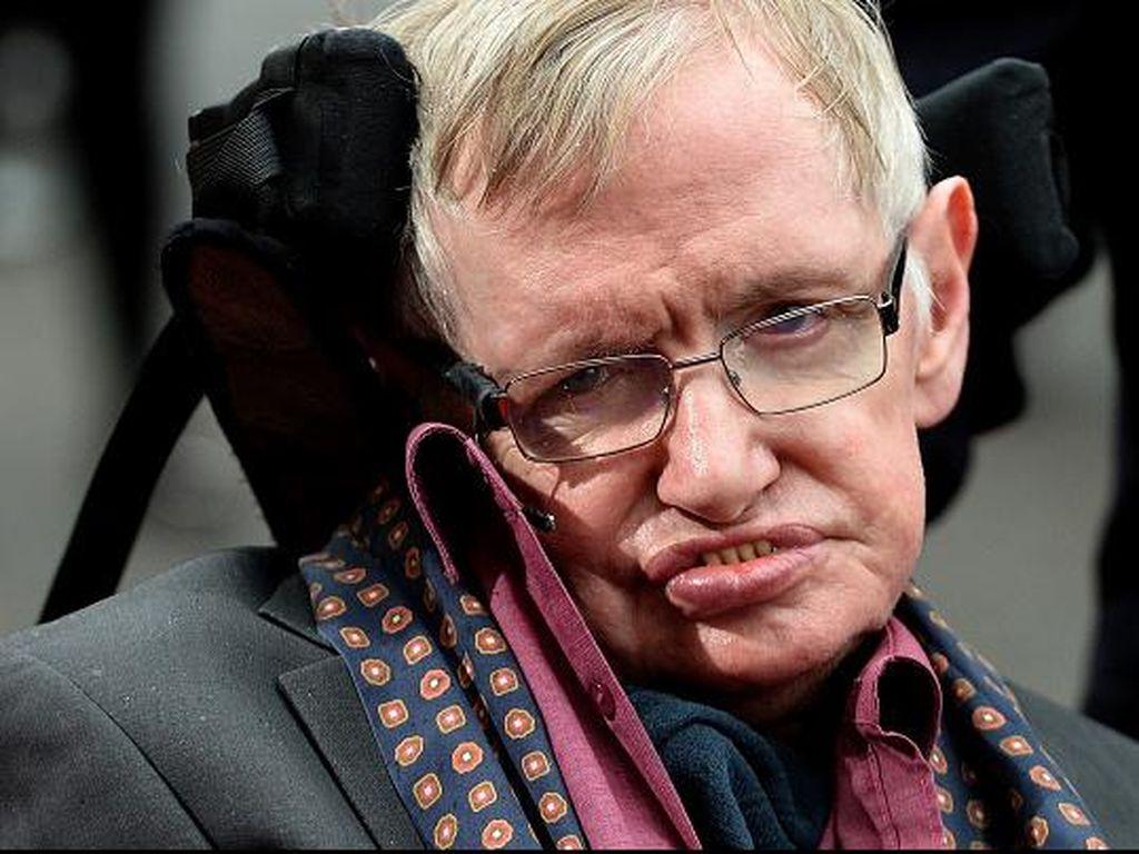 Mengenang Stephen Hawking Saat Jadi Penjahat untuk Iklan Mobil