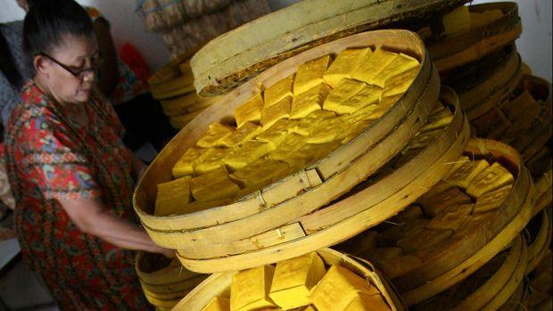 Pekerja mengemas Tahu Takwa khas Kediri di salah satu toko oleh-oleh di Kota Kediri, Jawa Timur, Senin (20/7). Tahu Takwa yang dijual Rp3.000 per buah menjadi salah satu oleh-oleh khas Kediri yang dicari pemudik. ANTARA FOTO/Prasetia Fauzani/zk/asf/aww/15.