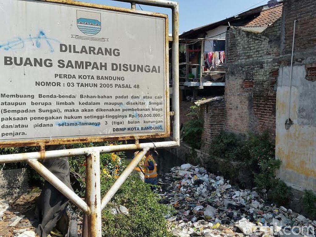 Warga Bandung yang Tepergok Buang Sampah ke Sungai Siap-siap Disanksi