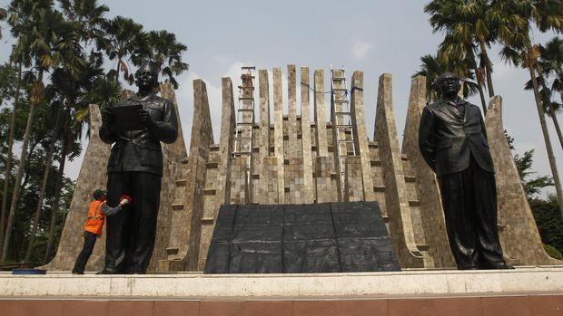 Pekerja membersihkan patung Proklamator Republik Indonesia, Soekarno - Hatta di Kompleks Tugu Proklamasi, Jakarta Pusat, Jumat (7/8). Pembersihan  patung Proklamator tersebut dilakukan dalam rangka menyambut Hari Kemerdekaan RI pada tanggal 17 Agustus mendatang. ANTARA FOTO/Reno Esnir/foc/15.