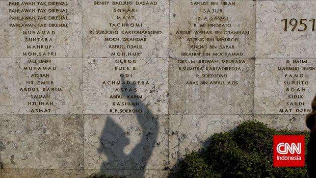 Bayangan seorang Veteran melihat nama-nama pejuang yang telah gugur menyabut hari Veteran, Taman Makam Pahlawan Kalibata, Jakarta, Senin, 10 Agustus 2015. CNN Indonesia/Adhi Wicaksono.