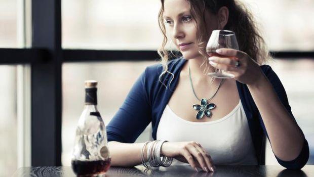 Ilustrasi wanita minum alkohol