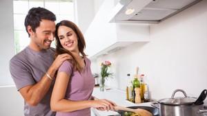 Suami Bantu Lakukan Pekerjaan Rumah, Kehidupan Seks Bisa Lebih Menyenangkan