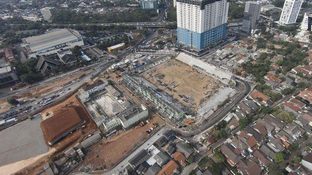 Foto aerial pembongkaran Stadion Lebak Bulus, Cilandak, Jakarta Selatan, Selasa (1/9). Pembongkaran stadion yang dibangun tahun 1987 dan menjadi markas Persija Jakarta tersebut ditargetkan selesai pada bulan Desember 2015 untuk nantinya akan dijadikan bengkel kereta Mass Rapid Transit (MRT). ANTARA FOTO/Sigid Kurniawan/ama/15.