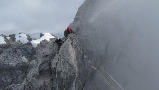 Pendakian di Gunung Cartenz.