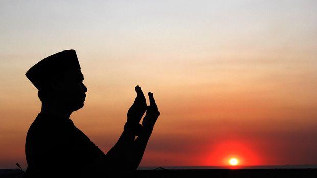 Petugas Kantor Wilayah Kementerian Agama Sulawesi Selatan berdoa usai melakukan  pemantauan hilal (bulan) untuk menentukan hari Raya Idul Adha 1436 Hijriyah  di Makassar, Sulawesi Selatan, Minggu (13/9). Pemantauan hilal yang dilakukan dengan mata telanjang tanpa menggunakan teropong tersebut  memastikan Idul Adha 1436 Hijiriyah jatuh pada 24 September 2015 di wilayah Sulawesi Selatan. ANTARA FOTO/Abriawan Abhe/foc/15.