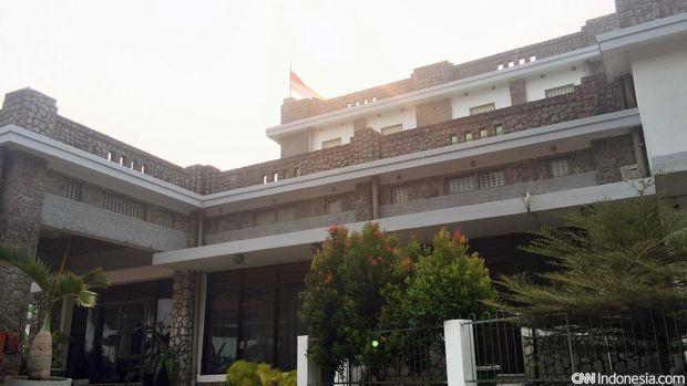 Pesanggrahan Menumbing berlokasi di atas Bukit Menumbing. Bangunan ini menjadi tempat pengasingan Wakil Presiden RI yang pertama, Moh. Hatta oleh pemerintah Belanda pada tahun 1949.