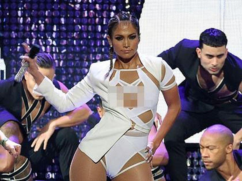 Jennifer Lopez Percaya Diri Pamer Bokong Seksi di Usia 46 Tahun