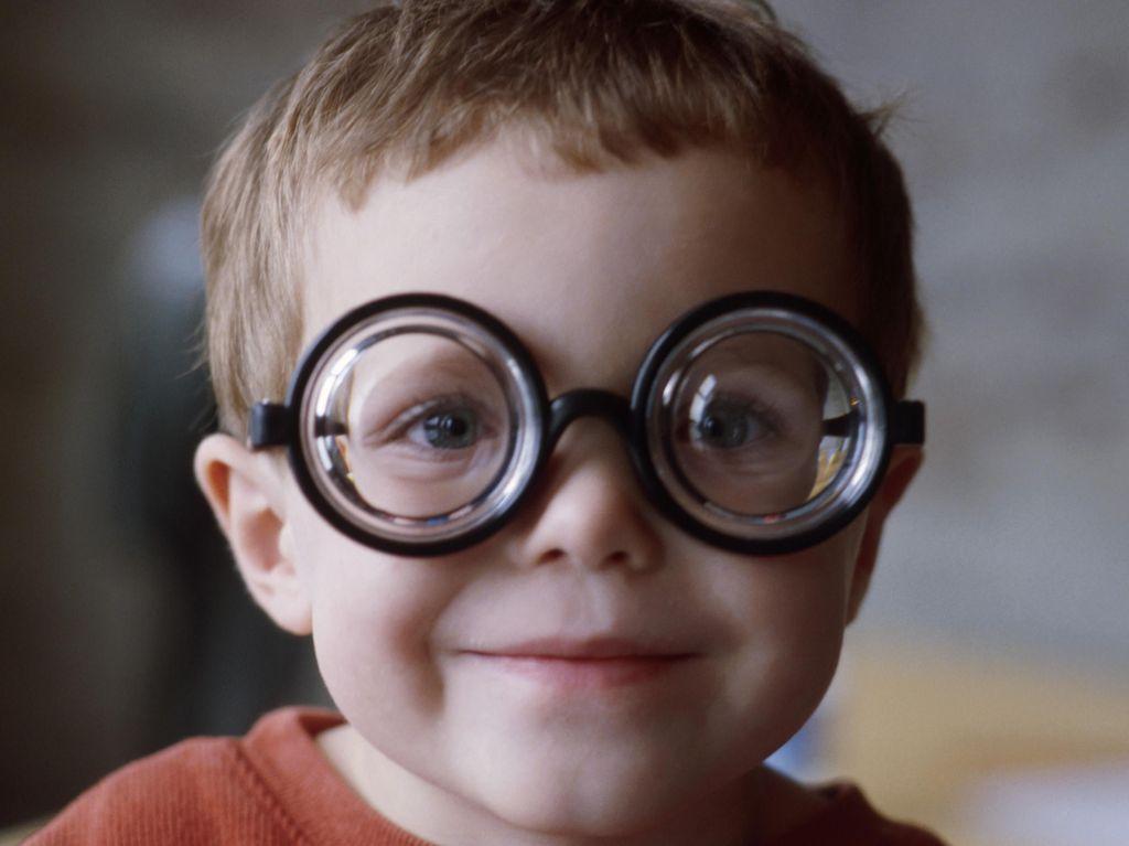 Tak Bisa LASIK, Begini Cara Mengatasi Mata Minus dan Silinder pada Anak
