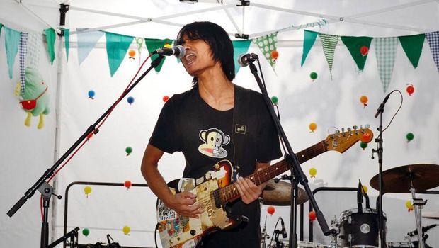 Tomi Simatupang berani menyanyikan Genjer-genjer di negeri orang.