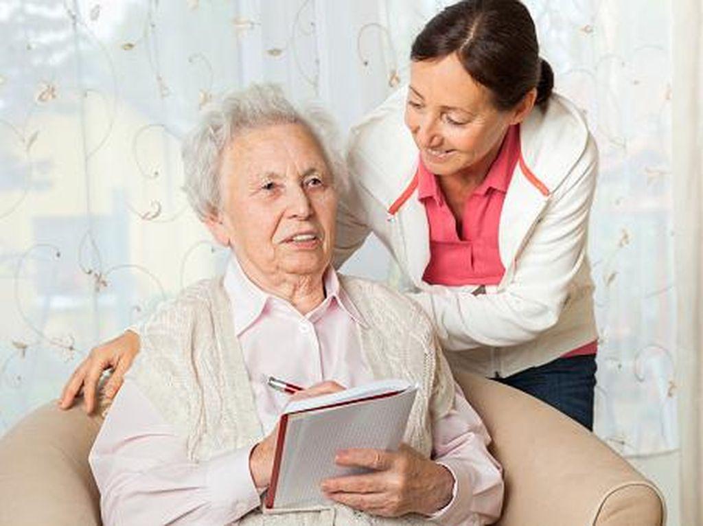 Pandai Bicara Bikin Gejala Awal Alzheimer Wanita Jadi Samar-samar