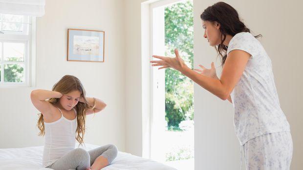 Ilustrasi orang tua menghukum anak