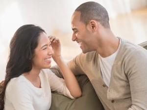 3 Alasan Kenapa Menyalakan TV Saat Bercinta Bisa Bermanfaat