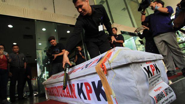Petugas memeriksa peti mati yang dikirim oleh masyakat ke gedung KPK di Jakarta, Selasa (20/10). Peti mati yang dikirim dari Solo itu merupakan simbol penolakan terhadap revisi UU KPK yang dinilai akan melemahkan lembaga antirasuah tersebut. ANTARA FOTO/Alfian Prayudi/Ak/kye/15