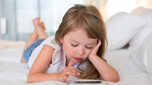 Studi: Iritasi Mata Lazim Ditemukan pada Anak yang Suka Main Ponsel
