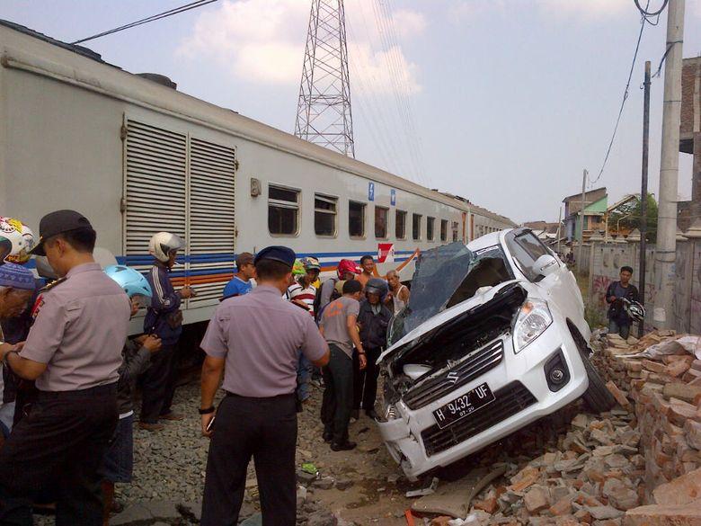 Tewas Tertabrak KA di Semarang, Pemotor Masuk ke Kolong Kereta