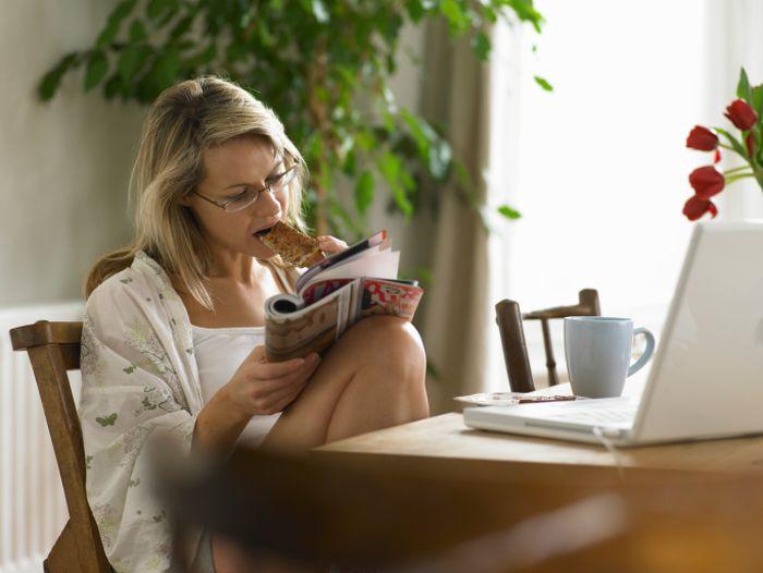 Makan lebih sedikit, hidup lebih lama. Pembatasan kalori berarti makan lebih sedikit. Cobalah untuk membatasi asupan gula tambahan dan berhenti minum soda dan alkohol. Makan makanan anti-penuaan seperti blueberry, cokelat hitam, kacang, buah ara, salmon, alpukat, kunyit, dll karena akan membuat lebih sehat. Foto: Thinkstock