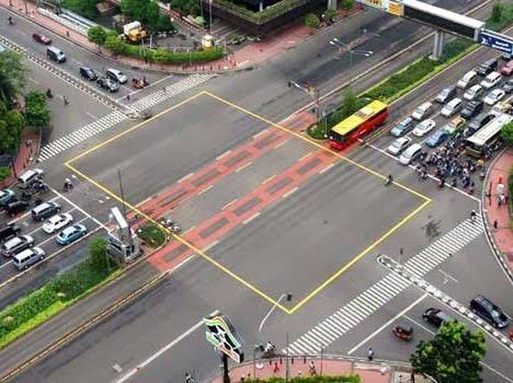 Di Perempatan Jalan Raya Ada Garis Kotak Berwarna Kuning, Jangan Bingung Ini perannya